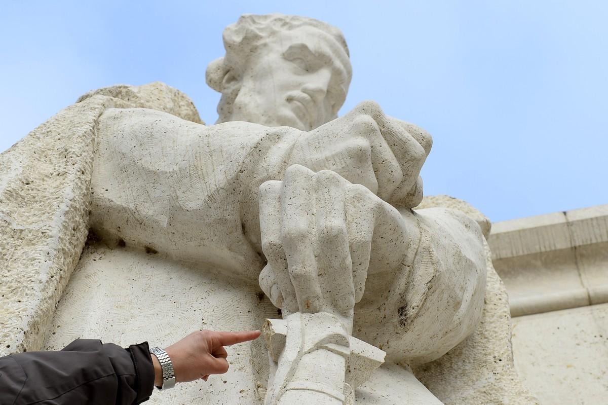 Az Országház előtti Kossuth szoborcsoport Széchenyit ábrázoló szobra kardmarkolatának két kiálló, letörött vége 2018. december 19-én.
