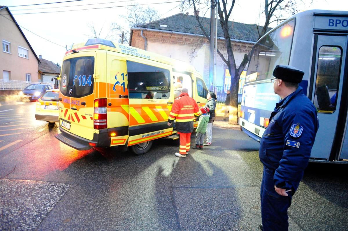 Mentők és rendőrök dolgoznak egy óvoda előtt a XVIII. kerületi Petőfi utcában 2018. december 11-én, miután az épületben szén-monoxid szivárgott. Az óvodát az ott tartózkodó negyvenkét gyermek és tíz nevelő elhagyta, senkit nem kellett kórházba vinni.