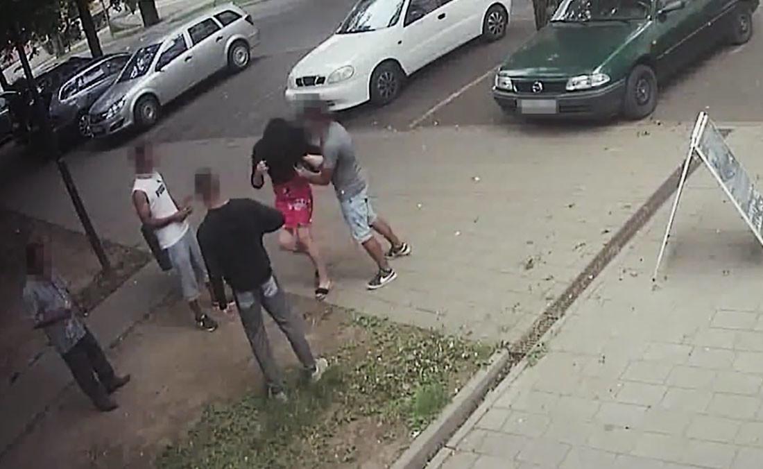 El akartak rabolni egy nőt Pécsen, hatalmas utcai verekedés lett belőle