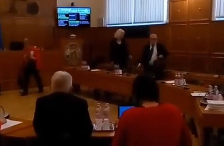 Kivonult a közgyűlésről az ellenzék Pécsett a rabszolgatörvény miatt