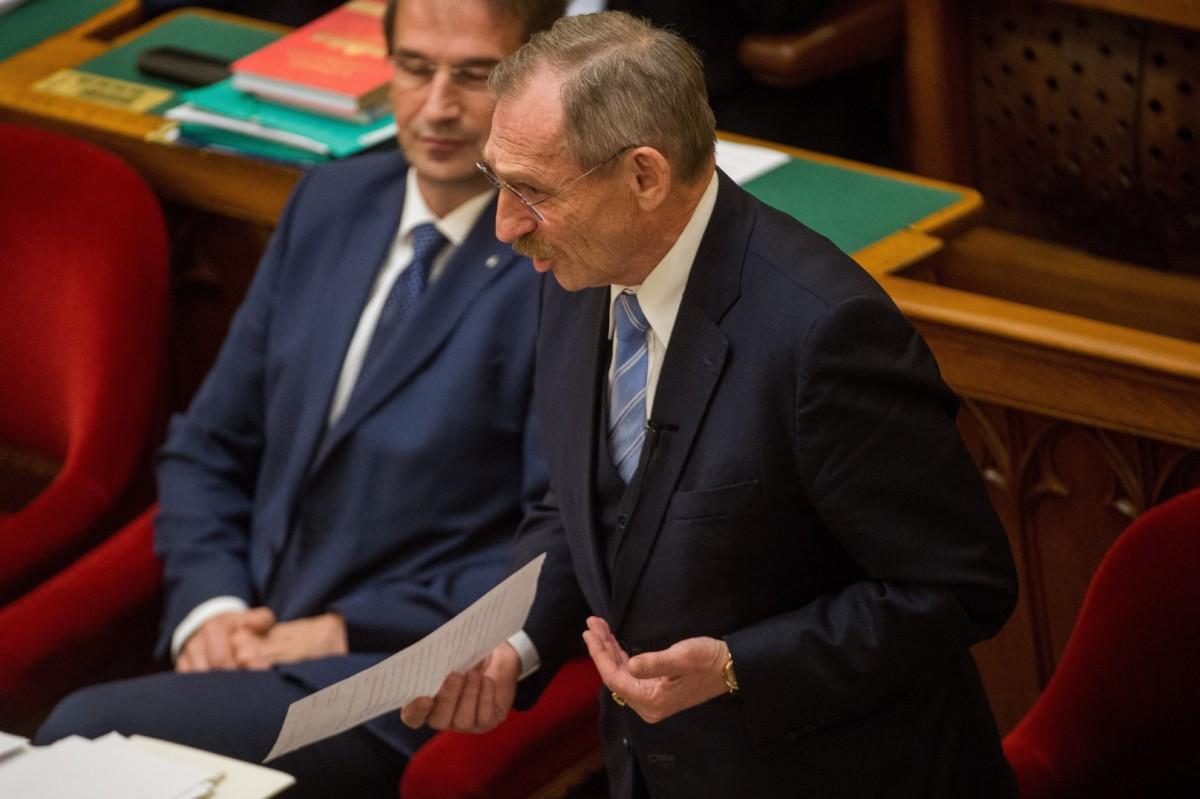 Pintér Sándor belügyminiszter azonnali kérdésre válaszol az Országgyűlés plenáris ülésén 2018. november 26-án. Mellette Völner Pál, az Igazságügyi Minisztérium parlamenti államtitkára.