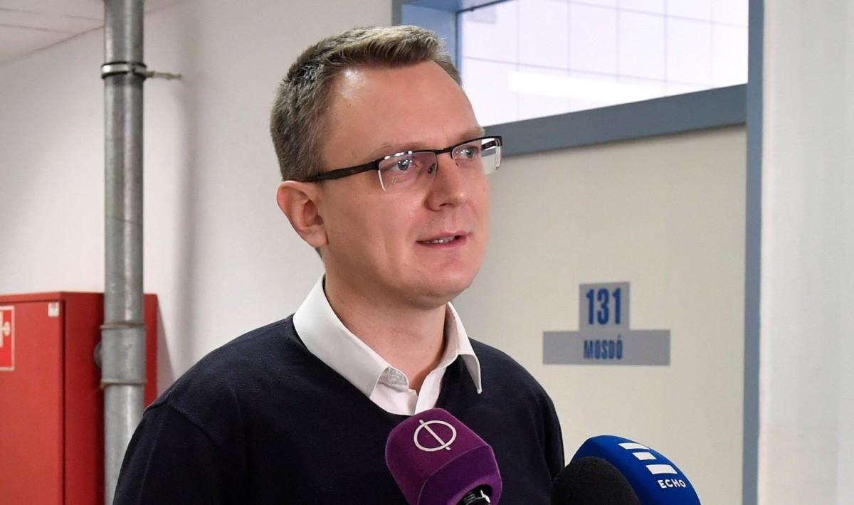 Rétvári Bence, az Emberi Erőforrások Minisztériumának parlamenti államtitkára sajtótájékoztatót tart a hajléktalanszállók kihasználtságáról a Szabolcs utcai átmeneti szállón 2018. december 13-án.