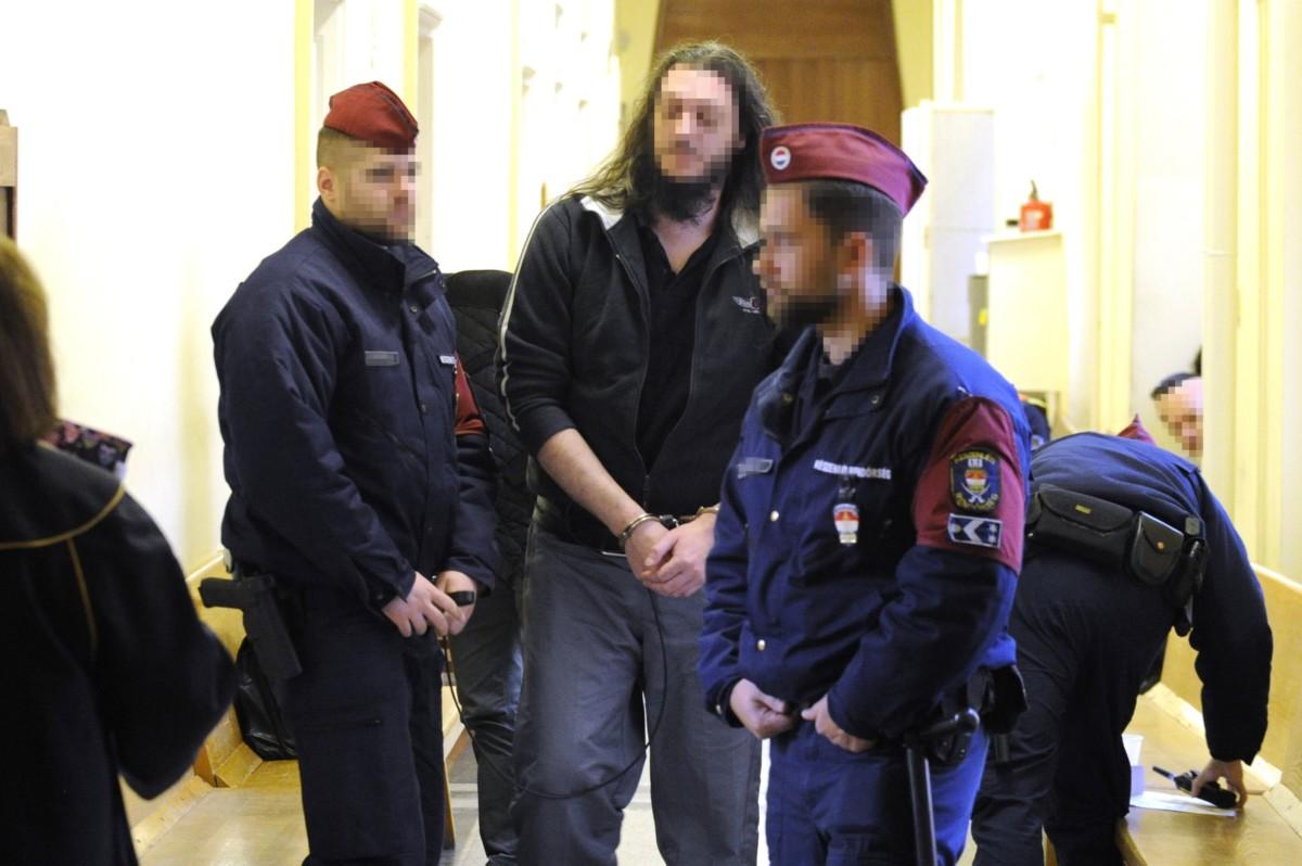A soroksári futónő 2013-ban történt meggyilkolásával gyanúsított férfi várakozik a Budai Központi Kerületi Bíróság folyosóján a letartóztatásáról dönő bírósági tárgyalásra 2018. december 7-én.
