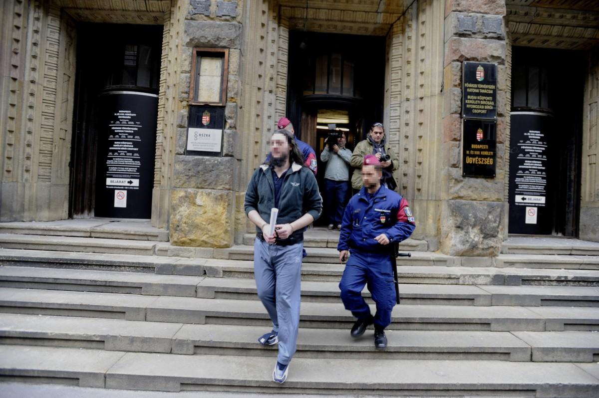A soroksári futónõ 2013-ban történt meggyilkolásával gyanúsított férfit kivezetik a Budai Központi Kerületi Bíróság épületéből a letartóztatásáról döntő bírósági tárgyalás után 2018. december 7-én.