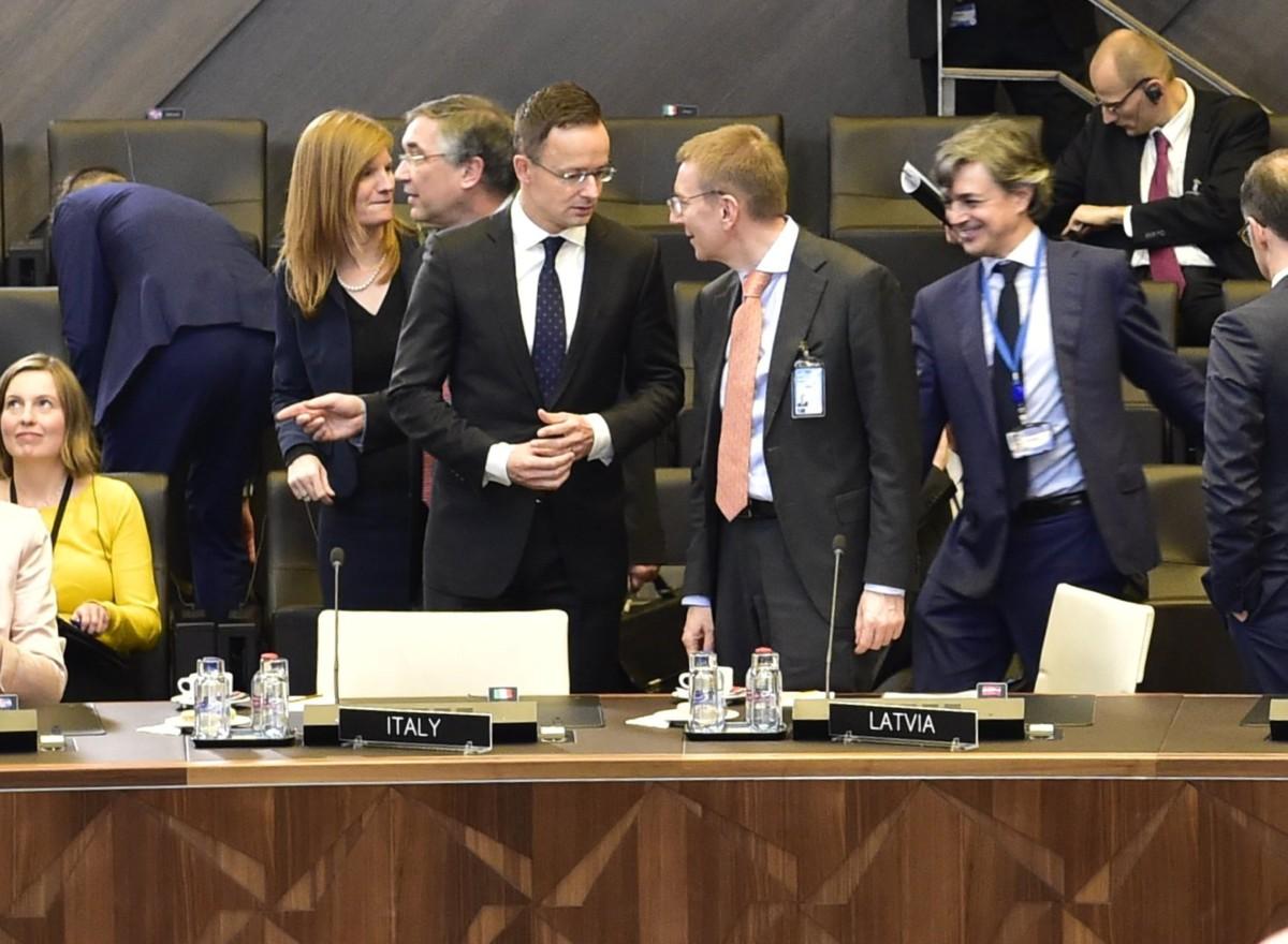 A Külgazdasági és Külügyminisztérium (KKM) által közreadott képen Szijjártó Péter külgazdasági és külügyminiszter (b5) és Edgars Rinkevics lett külügyminiszter (b6) a NATO-tagországok külügyminiszteri találkozóján Brüsszelben 2018. december 4-én.