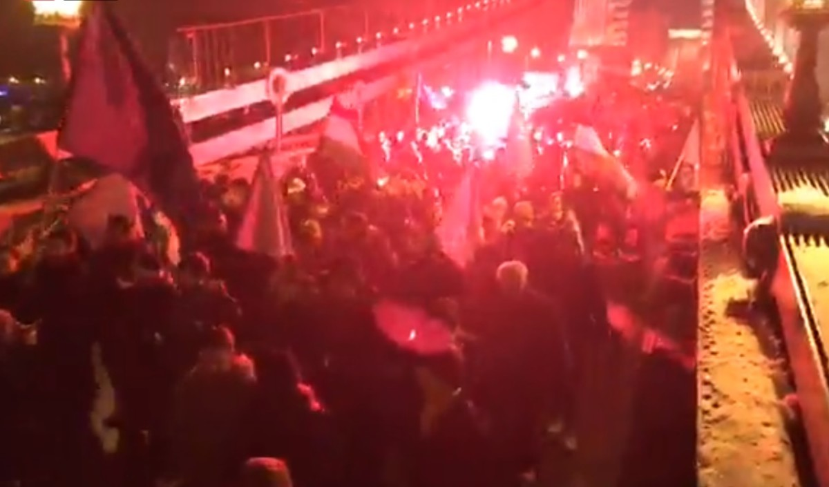 """""""Bajszos szar!"""" – megérkeztek a Sándor-palotához a tüntetők"""
