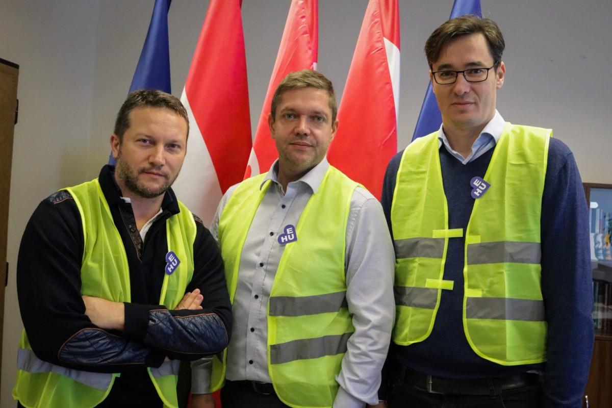 Tóth Bertalan, az MSZP elnöke, Ujhelyi István, az MSZP EP-képviselője és Karácsony Gergely, a Párbeszéd Magyarországért társelnöke a francia zavargások szimbólumává vált sárga mellényben buzdítanak a december 10-i, rabszolgatörvény elleni tüntetésen való részvételre egy 2018. december 5-én készült fotón.