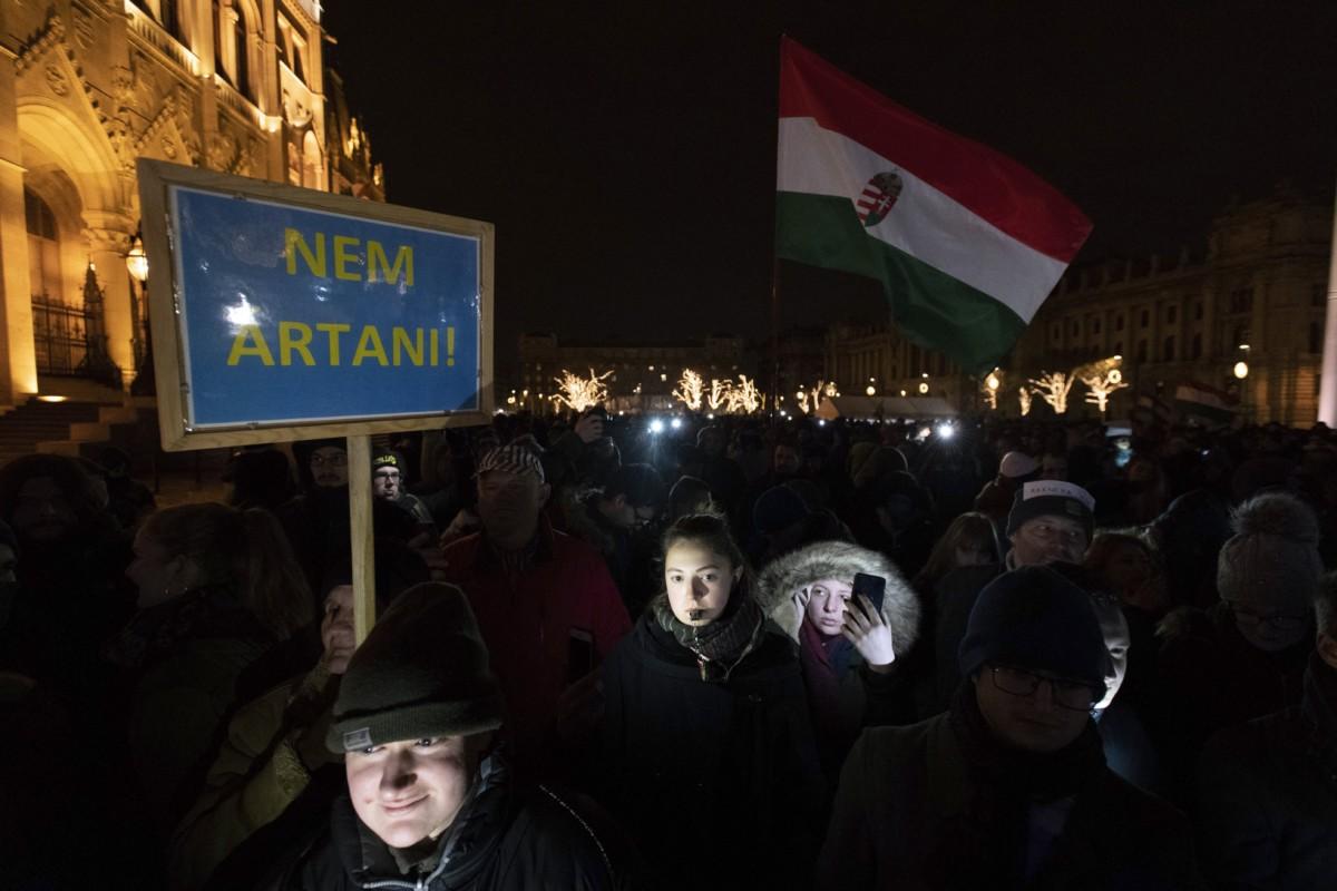 Az Országház előtti Kossuth Lajos téren tartott kormányellenes tüntetés résztvevői 2018. december 14-én.