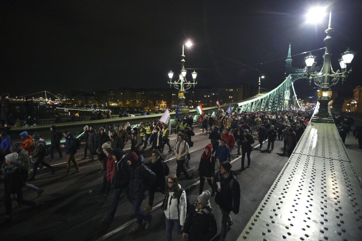 A budapesti kormányellenes tüntetés résztvevői vonulnak a Szabadság hídon 2018. december 14-én.