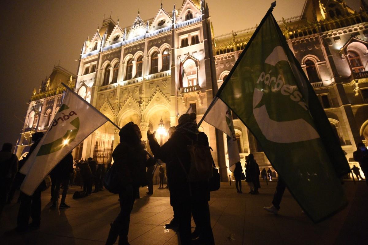 A Szabad Egyetem és a Hallgatói Szakszervezet Tüntetés a rabszolgatörvény ellen / Diák-Munkás szolidaritás címmel meghirdetett demonstráció résztvevői a Parlament előtti Kossuth téren 2018. december 13-án.