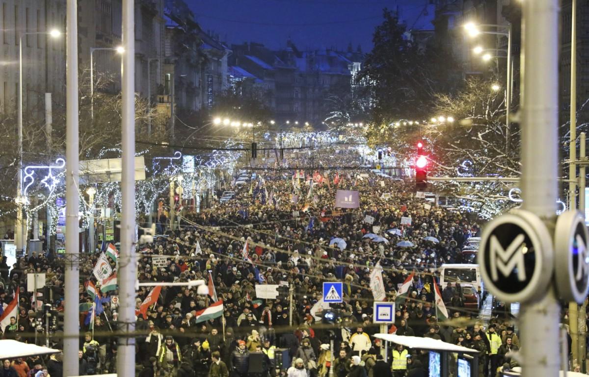 """A """"Boldog karácsonyt, miniszterelnök úr!"""" címmel meghirdetett kormányellenes demonstráció résztvevői a Teréz körúton 2018. december 16-án."""