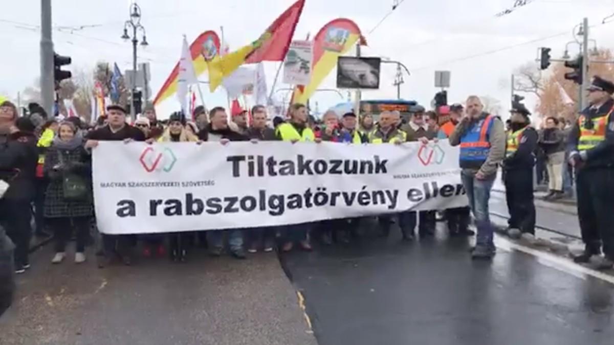 Provokátorokra figyelmeztetnek az ellenzéki pártok a mai tüntetést megelőzően
