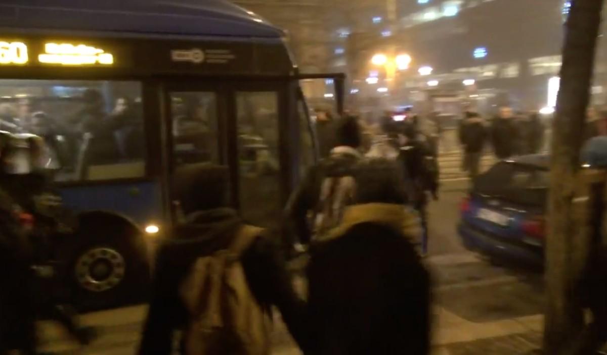 Rendőrökre támadtak a tüntetők Budapesten, sebesültek