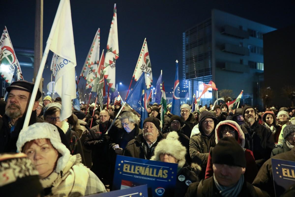 Kormányellenes tüntetés az MTVA székháza előtt 2018. december 17-én.