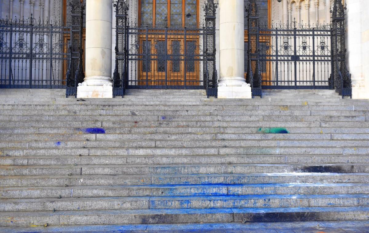 A Parlament festékkel megrongált főlépcsője az elõzõ napi Tüntetés a rabszolgatörvény ellen / Diák-Munkás szolidaritás címmel tartott demonstráció után, 2018. december 14-én.