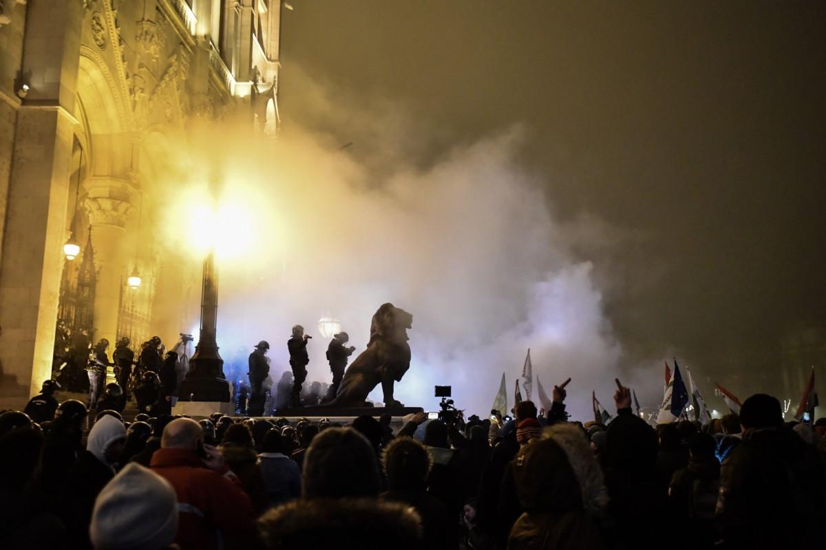A Szabad Egyetem és a Hallgatói Szakszervezet Tüntetés a rabszolgatörvény ellen / Diák-Munkás szolidaritás címmel meghirdetett demonstráció résztvevői és rendõrök a Parlament előtti Kossuth téren 2018. december 13-án.