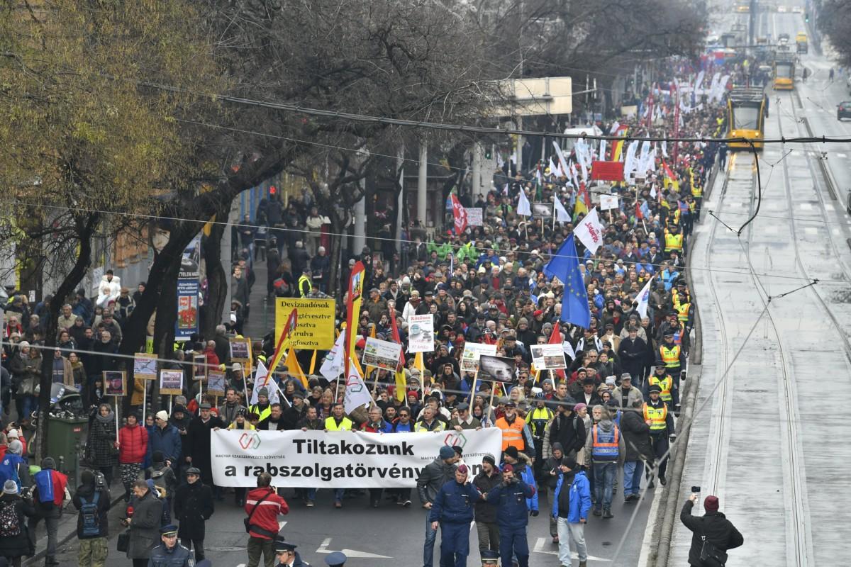 Résztvevők vonulnak a Magyar Szakszervezeti Szövetség demonstrációján a fővárosi Szent István körúton 2018. december 8-án. A tiltakozást az évi ötven nap túlmunka ellen, a tudományos kutatási szabadságáért és a tanszabadságért tartották. A demonstrációhoz számos szakszervezet és szakszervezeti szövetség csatlakozott.