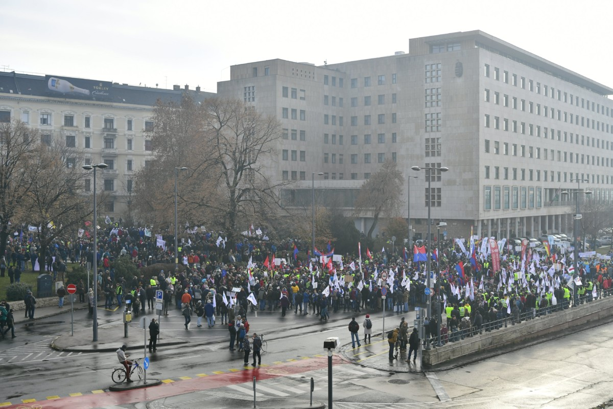 Résztvevők gyülekeznek a Magyar Szakszervezeti Szövetség demonstrációján a fõvárosi Jászai Mari téren 2018. december 8-án. A tiltakozást az évi ötven nap túlmunka ellen, a tudományos kutatási szabadságáért és a tanszabadságért tartották. A demonstrációhoz számos szakszervezet és szakszervezeti szövetség csatlakozott.