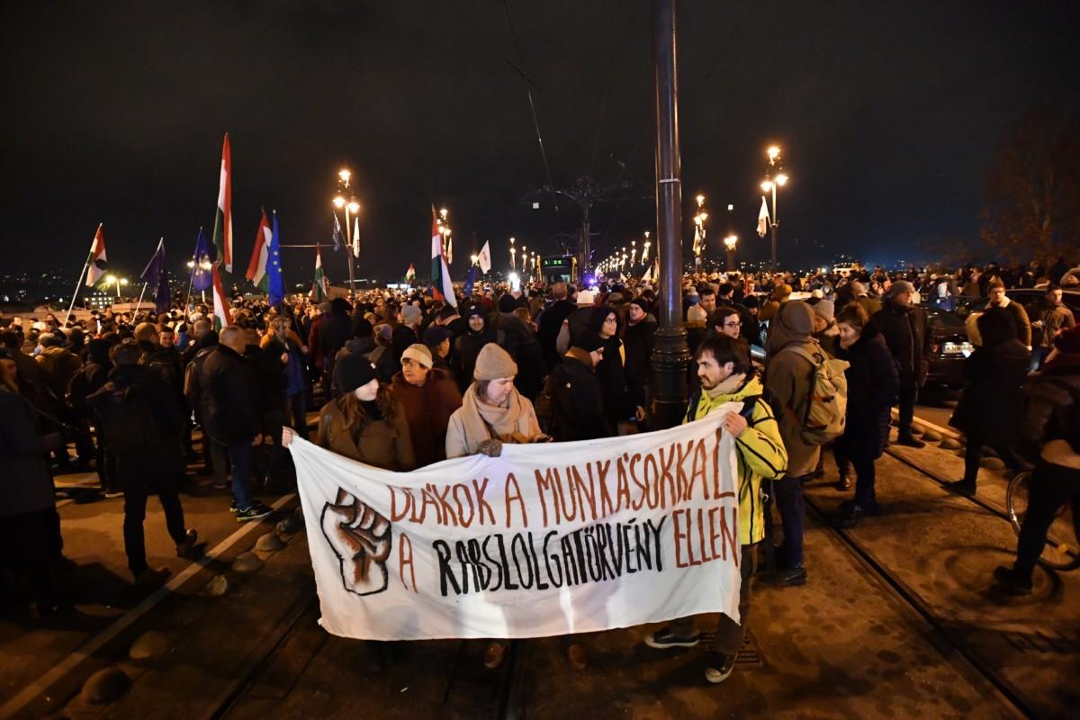 Az ellenzéki pártok kezdeményezésére a munka törvénykönyvének módosítása ellen indult tüntetés résztvevői a Margit hídon 2018. december 12-én.