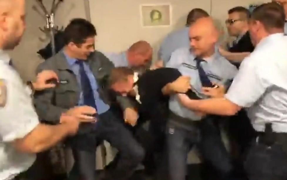 Négy őr teperte le a DK-s Varju Lászlót a közmédia épületében
