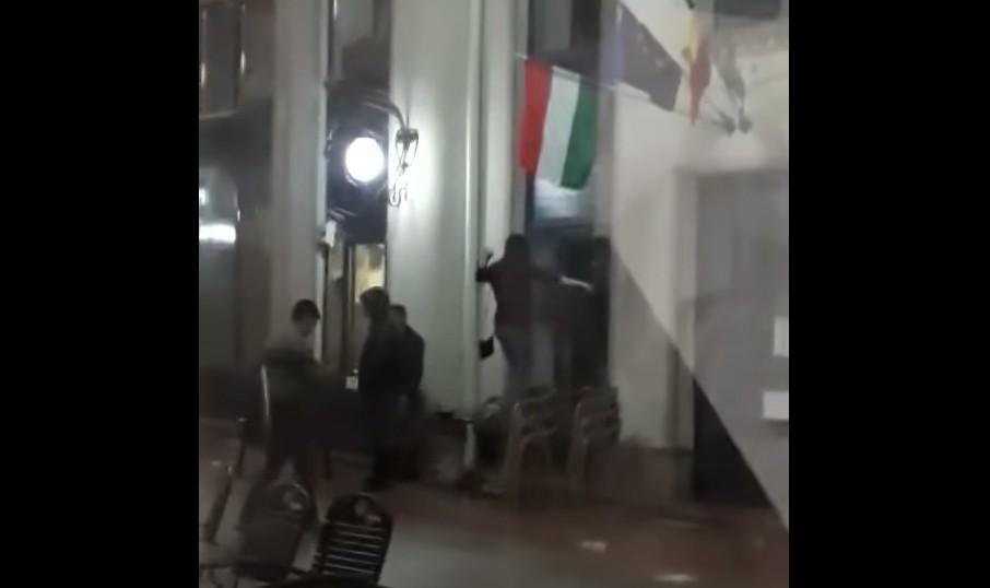 Magyar zászlót akart felgyújtani egy fiatal lány Nagyváradon