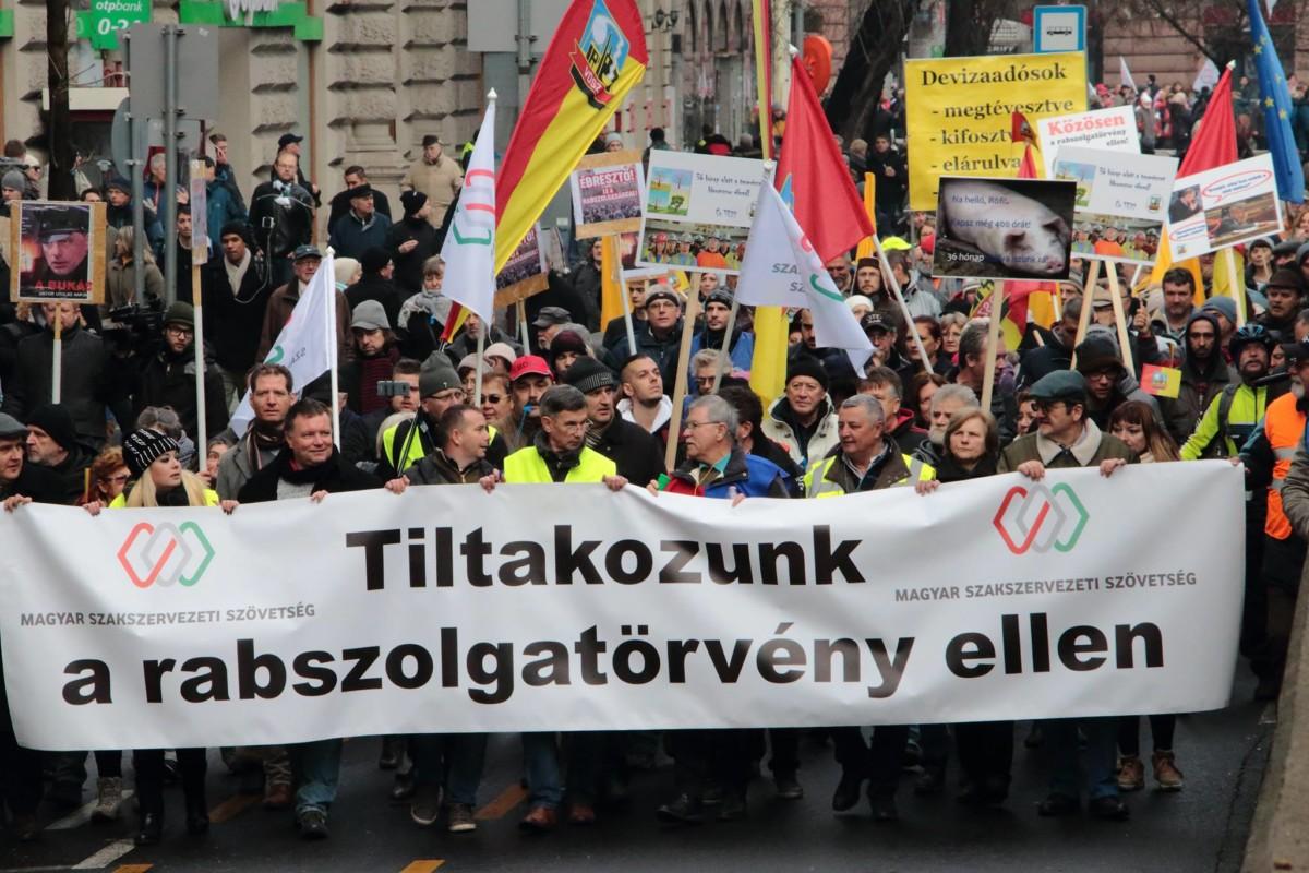Félpályás útzárral tüntetnek pénteken Szombathelynél a kormány ellen