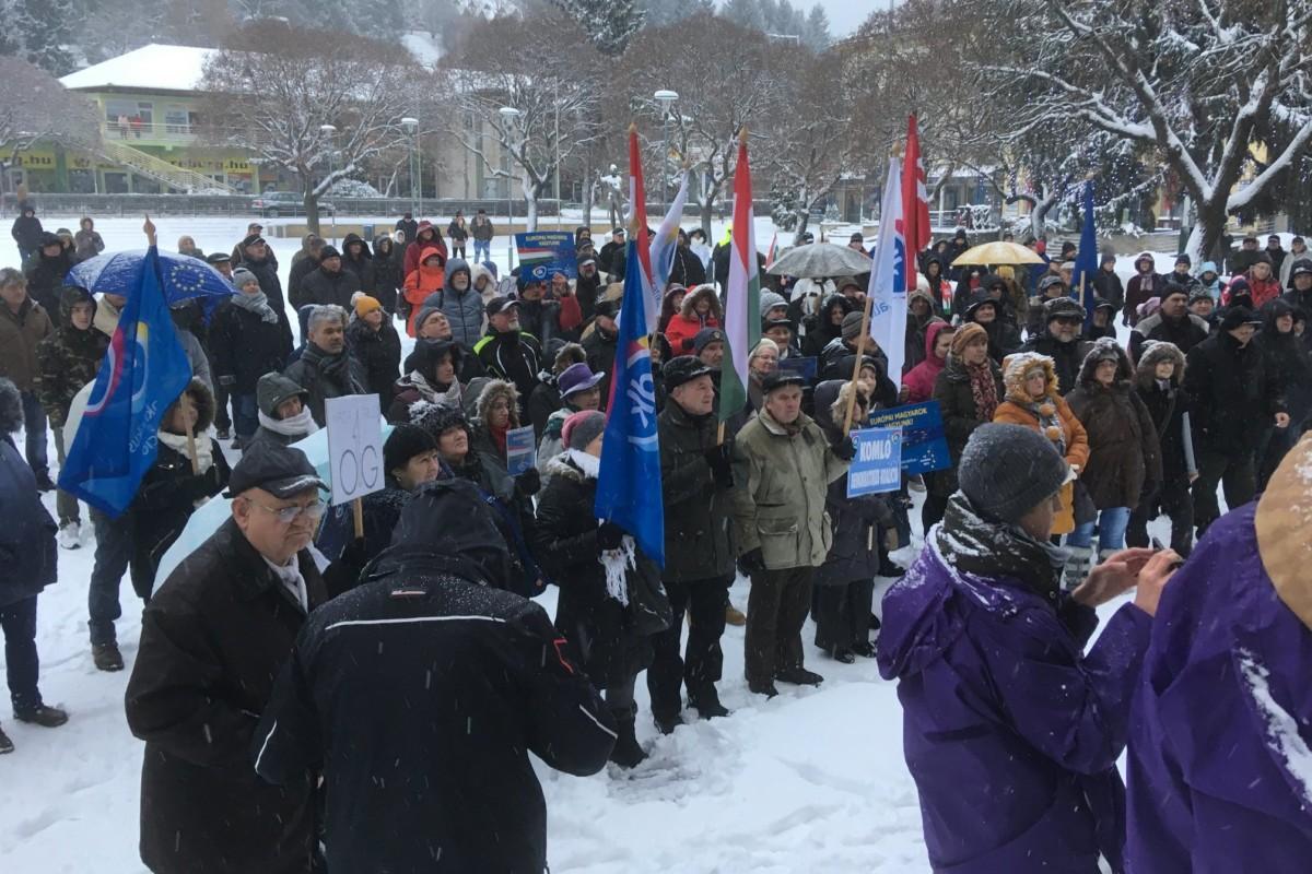 Kormányellenes tüntetés Komlón 2019. január 5-én.