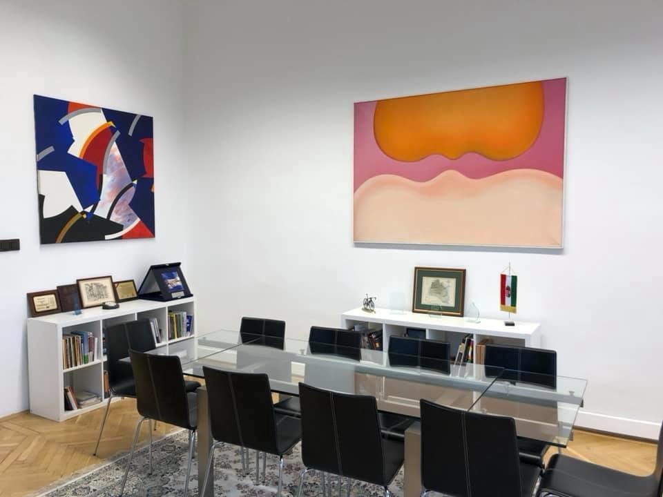 Múzeumból kihozott festmények ékesítik a fideszes képviselő irodáját