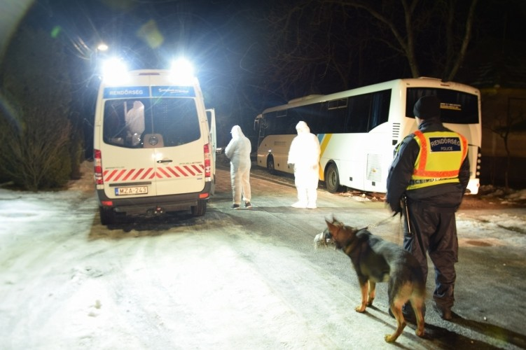 Helyszínelés a káptalanfai családi tragédia helyszínén.