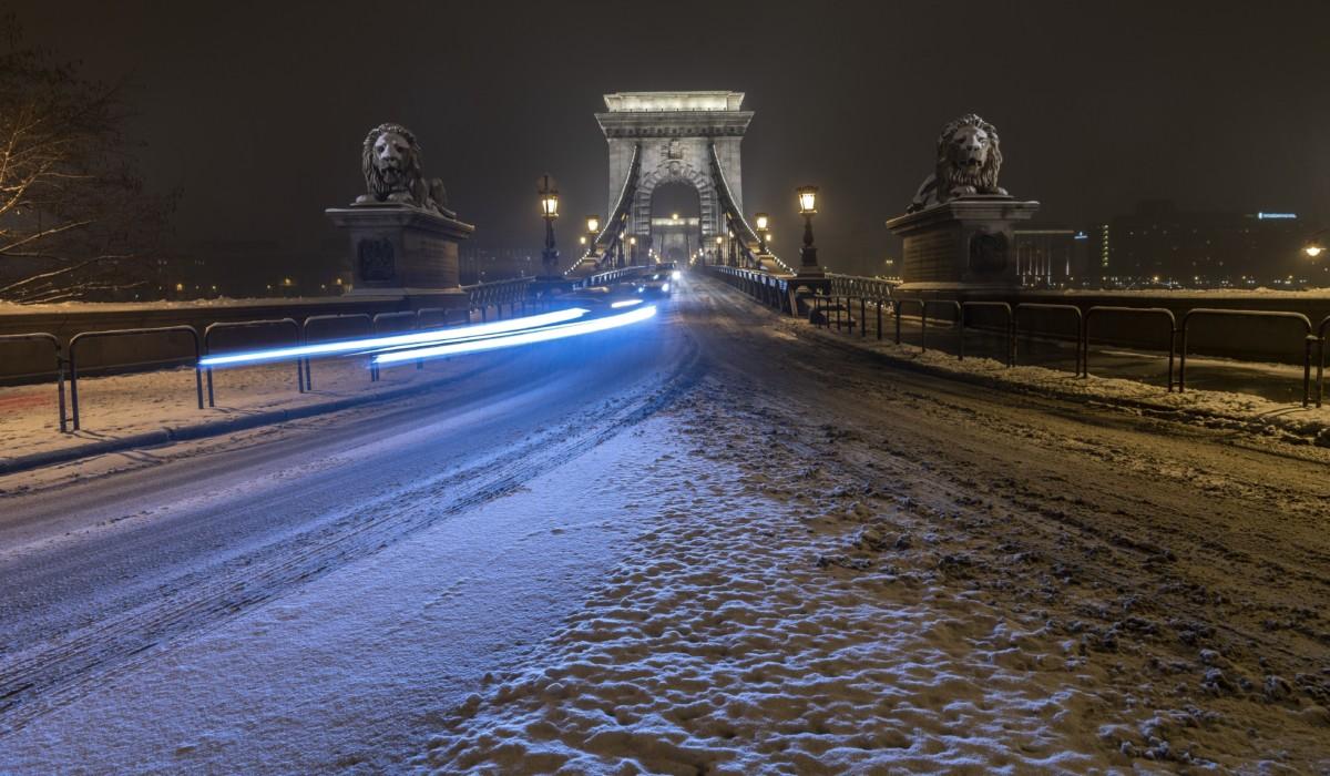 Budapest, 2019. január 9. A behavazott Lánchíd 2019. január 8-án este.