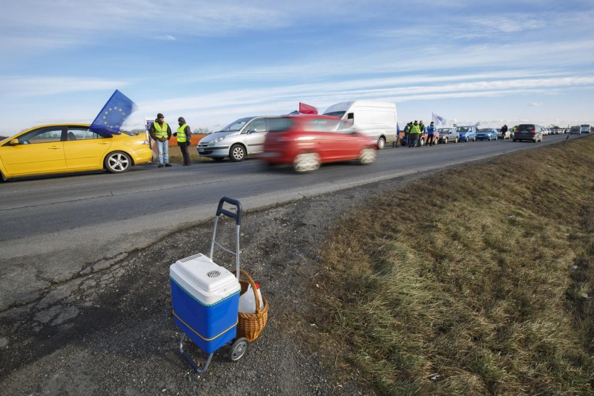A munka törvénykönyvének az önkéntes túlmunkaidõ bõvítésérõl szóló módosítása elleni forgalomlassító demonstráció a Magyar Szakszervezeti Szövetség rendezésében a 86-os számú fõúton, Balogunyomtól Szombathely irányába 2019. január 4-én.