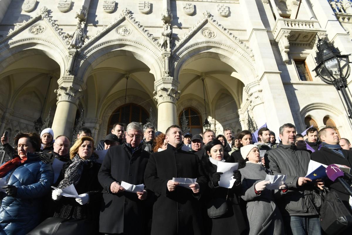A Jobbik, az MSZP, a DK, az LMP, a Párbeszéd, valamint a Momentum politikusai, független országgyűlési képviselőkkel kiegészülve közösen álltak ki az Országház főlépcsőjére a kormánnyal szembeni ellenállás jegyében 2019. január 3-án.