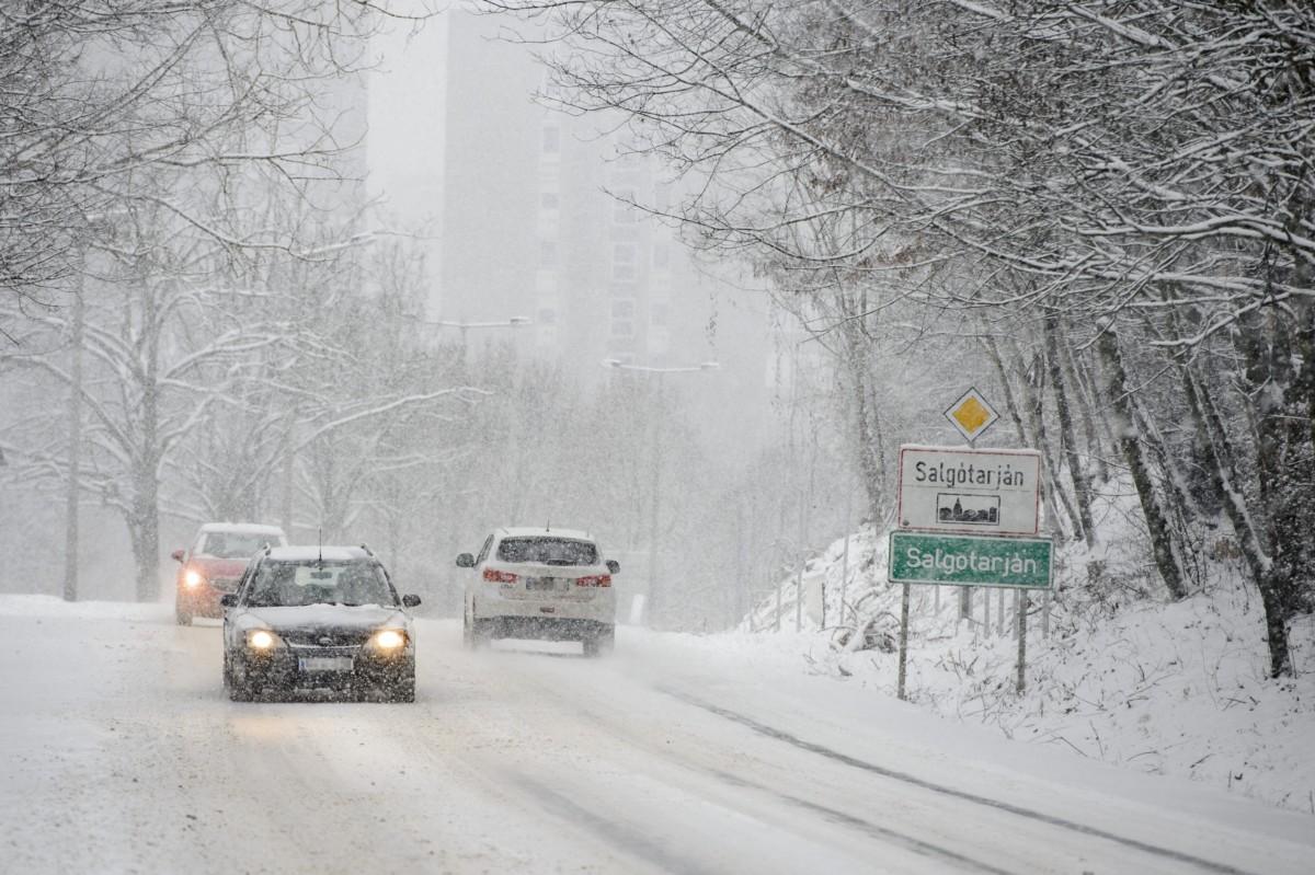 Autók haladnak a hóesésben Salgótarjánban 2019. január 5-én.