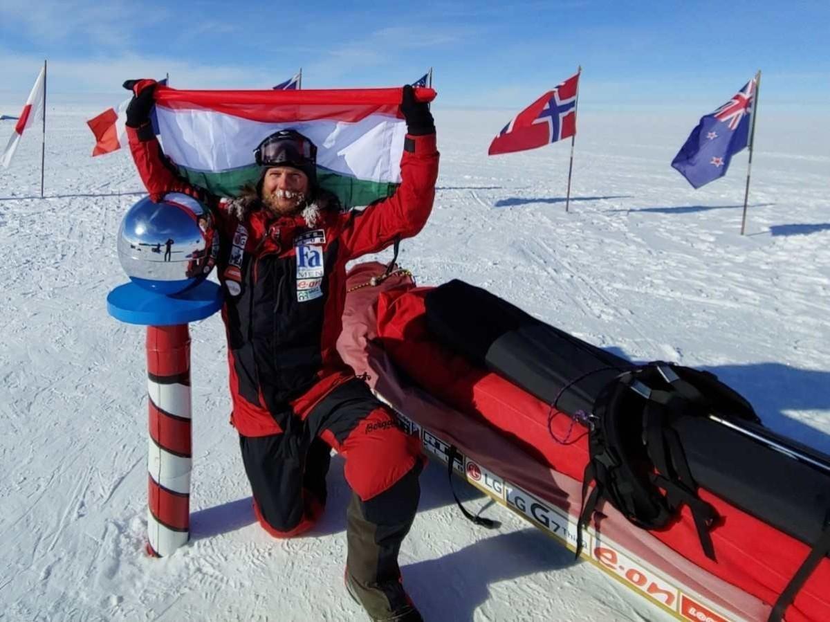 2019. január 7-én az Antarktiszon készült kép Rakonczay Gáborról, aki ezen a napon első magyarként, a szárazföld, vagyis az Antarktisz partjáról indulva elérte a Déli-sarkot. Az extrém sportoló 44 nap és 4 óra alatt teljesítette a 917 kilométeres távot egy 94 kilós szánt húzva maga után.