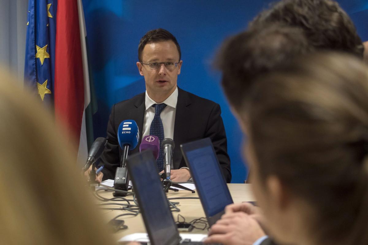 A Külgazdasági és Külügyminisztérium (KKM) által közreadott képen Szijjártó Péter külgazdasági és külügyminiszter (b) a Külügyek Tanácsának (KÜT) munkaülése után sajtótájékoztatót tart a magyar sajtó munkatársainak Brüsszelben 2019. január 21-én.
