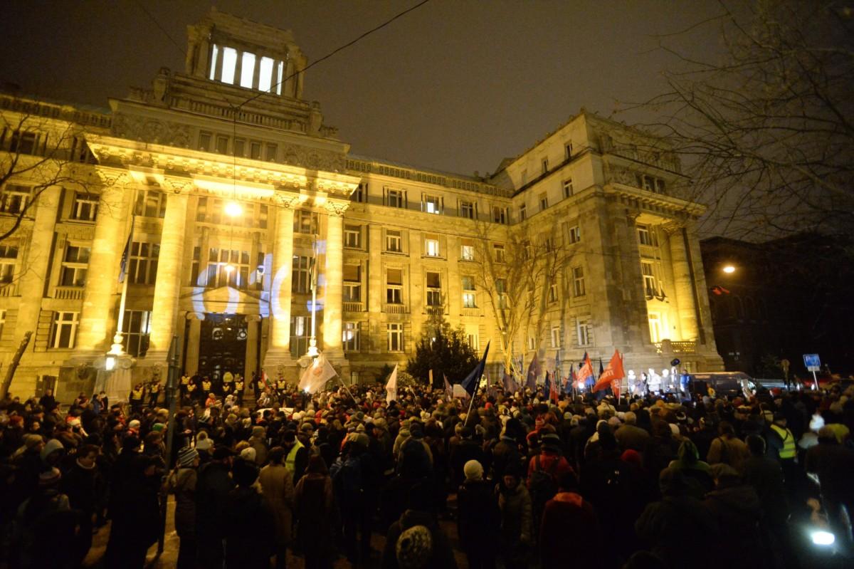 Résztvevők az Ismeretlen tettesek tüntetése címmel meghirdetett ellenzéki demonstráción Budapesten, a Legfőbb Ügyészség épületénél 2019. január 23-án.