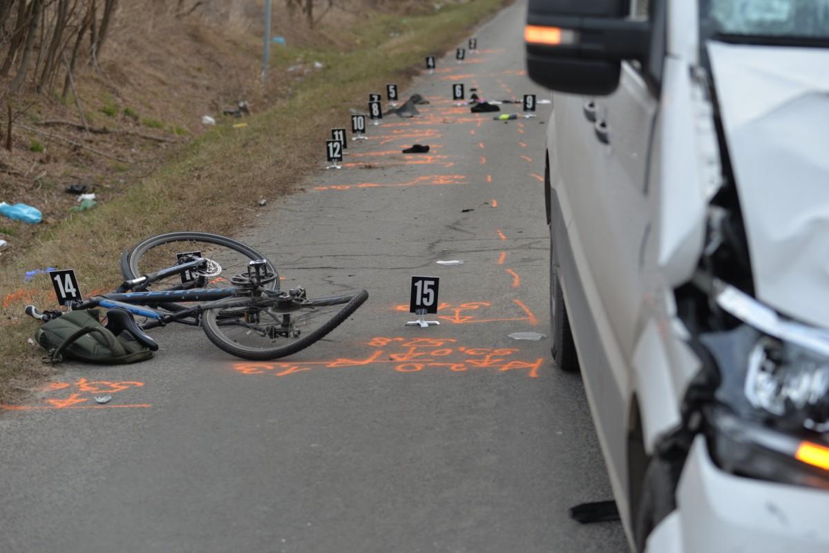 Összetört bicikli és sérült gépjármû 2019. január 4-én Ócsánál, az M0-ás felé vezetõ úton, ahol egy kerékpárost halálra gázolt a kisteherautó.