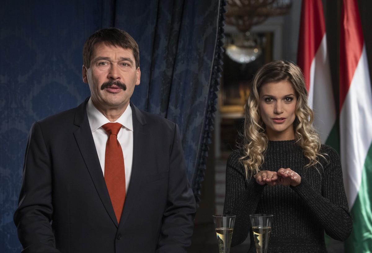Áder János köztársasági elnök és Weisz Fanni jeltolmács, siket esélyegyenlőségi aktivista az államfő újévi köszöntőjének televíziós felvételén a Sándor-palotában 2018. december 28-án.