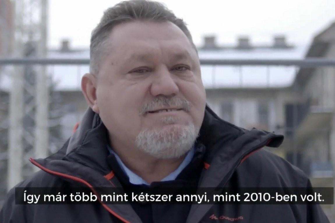 Ajtai Péter, mint a minimálbér-emelésnek örvendő fideszes milliomos a kormánypropaganda reklámvideójában.