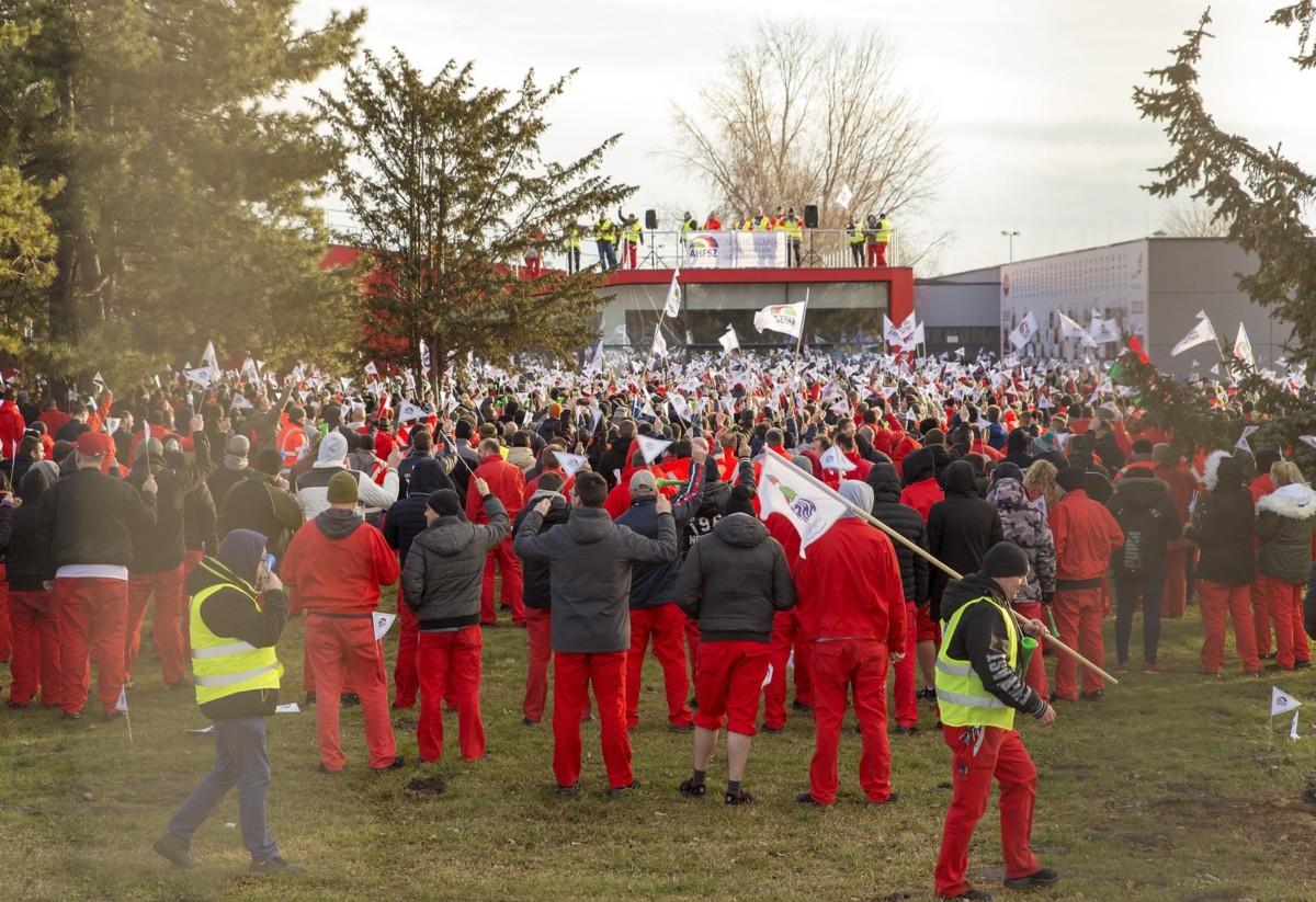 Az Audi Hungária Független Szakszervezet által január 24-én meghirdetett sztrájkban résztvevő dolgozók a győri Audi Hungaria Zrt. gyárudvarán 2019. január 29-én.