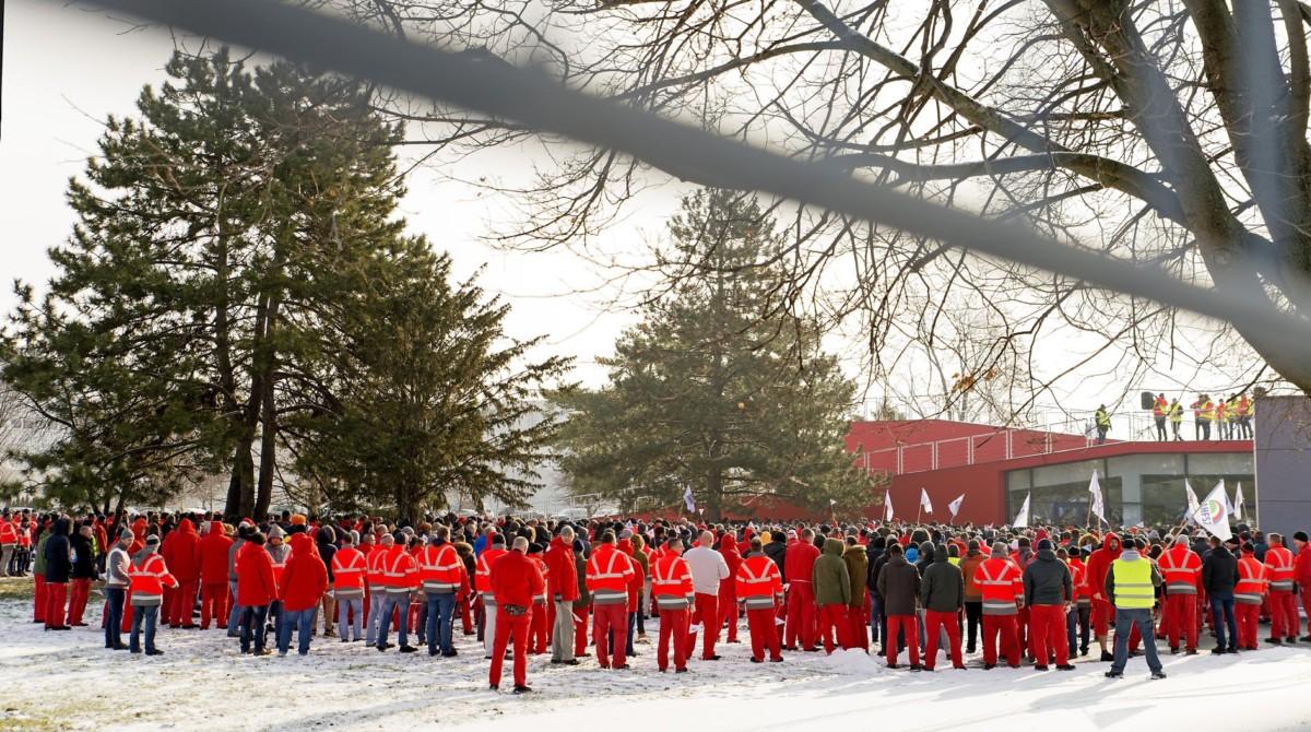 Dolgozók az Audi Hungária Független Szakszervezet által meghirdetett egyhetes sztrájk megkezdésén a győri Audi Hungaria Zrt. gyárudvarán 2019. január 24-én.