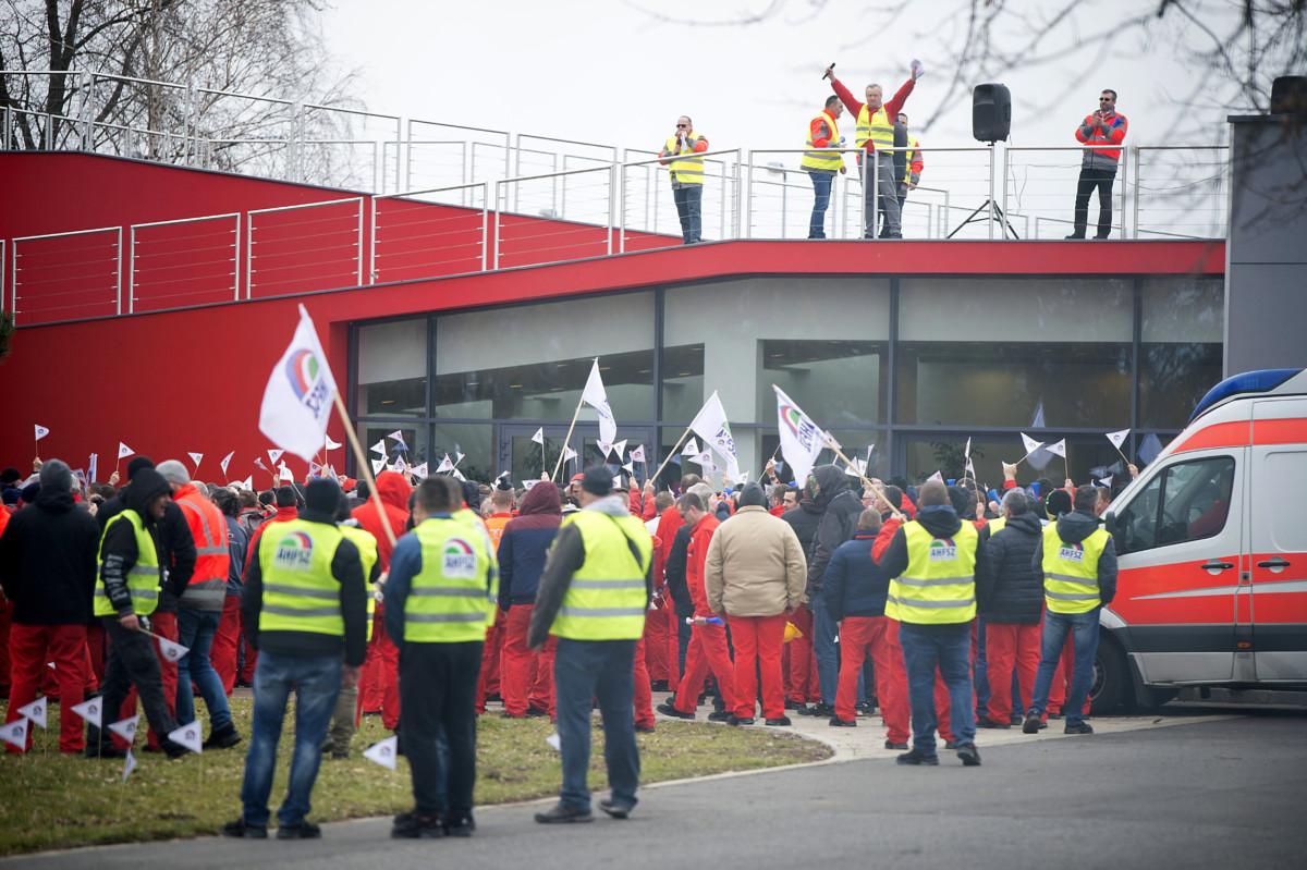 Az Audi Hungária Független Szakszervezet Sztrájkbizottságának felhívására dolgozók kétórás figyelmeztető sztrájkot tartanak a sikertelen bértárgyalások miatt a győri Audi Hungaria Zrt. gyárudvarán 2019. január 18-án.