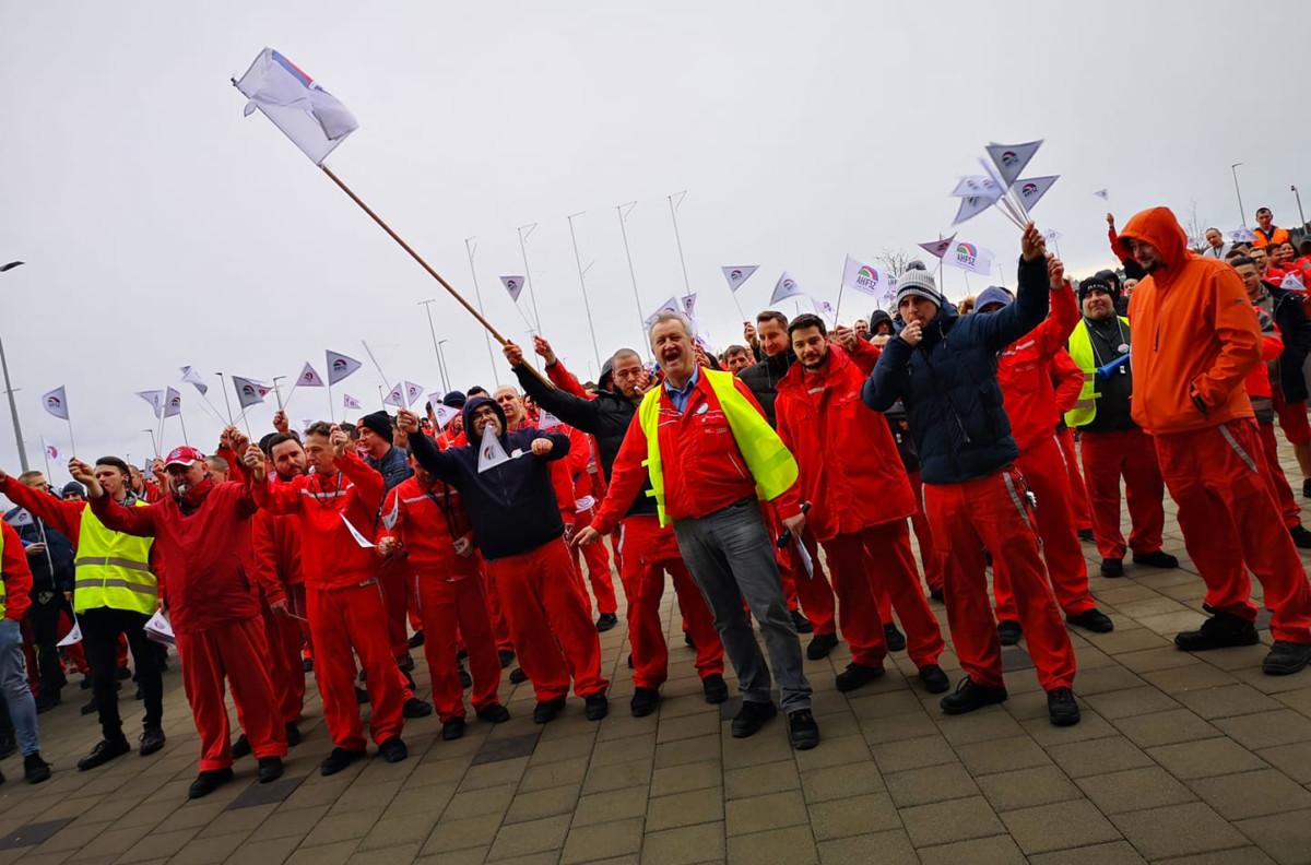 Közel négyezren sztrájkoltak pénteken a győri Audi-gyárban