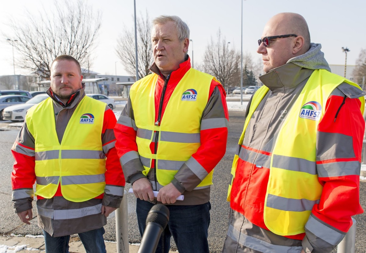 Szimacsek Tibor szakszervezeti elnökségi tag, Németh Sándor, a szakszervezet elnöke és Csalogány György, a szakszervezet elnökhelyettese (b-j) sajtótájékoztatót tart az Audi Hungária Független Szakszervezet (AHFSZ) által meghirdetett egyhetes sztrájk megkezdéséről a győri Audi Hungaria Zrt. épülete előtt 2019. január 24-én.
