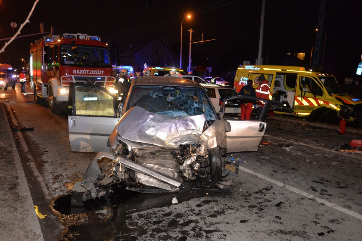 Összetört személygépkocsi és mentőautó (j), miután összeütköztek a XVIII. kerületi Üllői út és Lakatos utca kereszteződésében 2019. január 26-án. A balesetben négyen megsérültek.