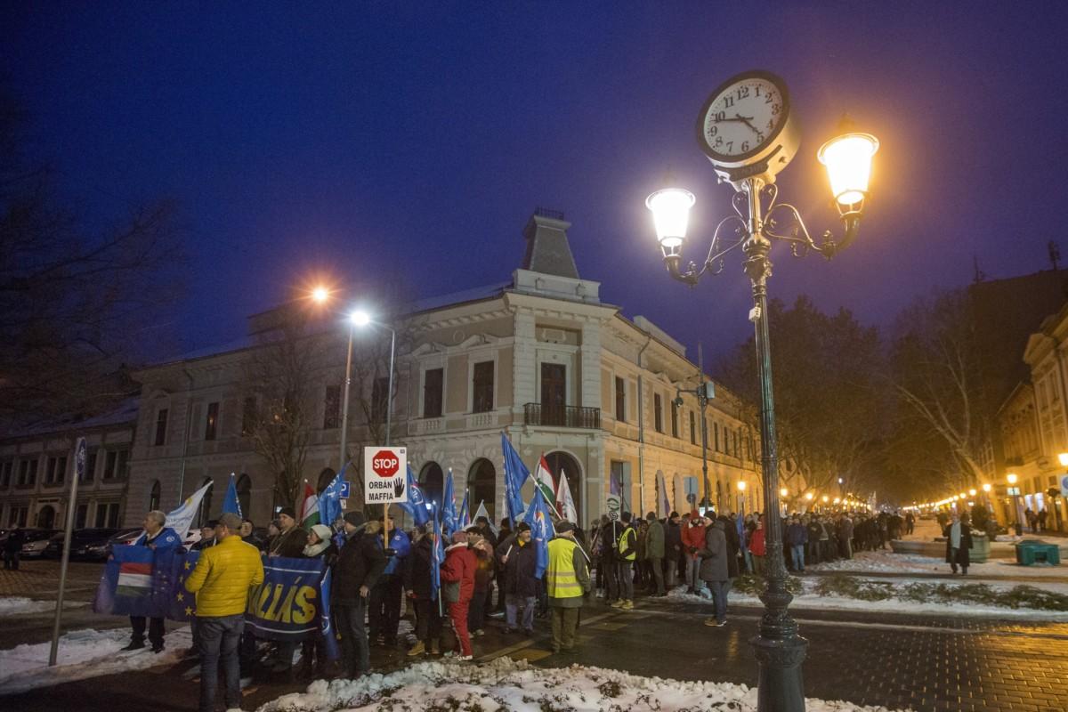 A munka törvénykönyvének módosítása, valamint a kormány ellen demonstráló résztevők vonulnak 2019. január 12-én a békéscsabai Andrássy úton.