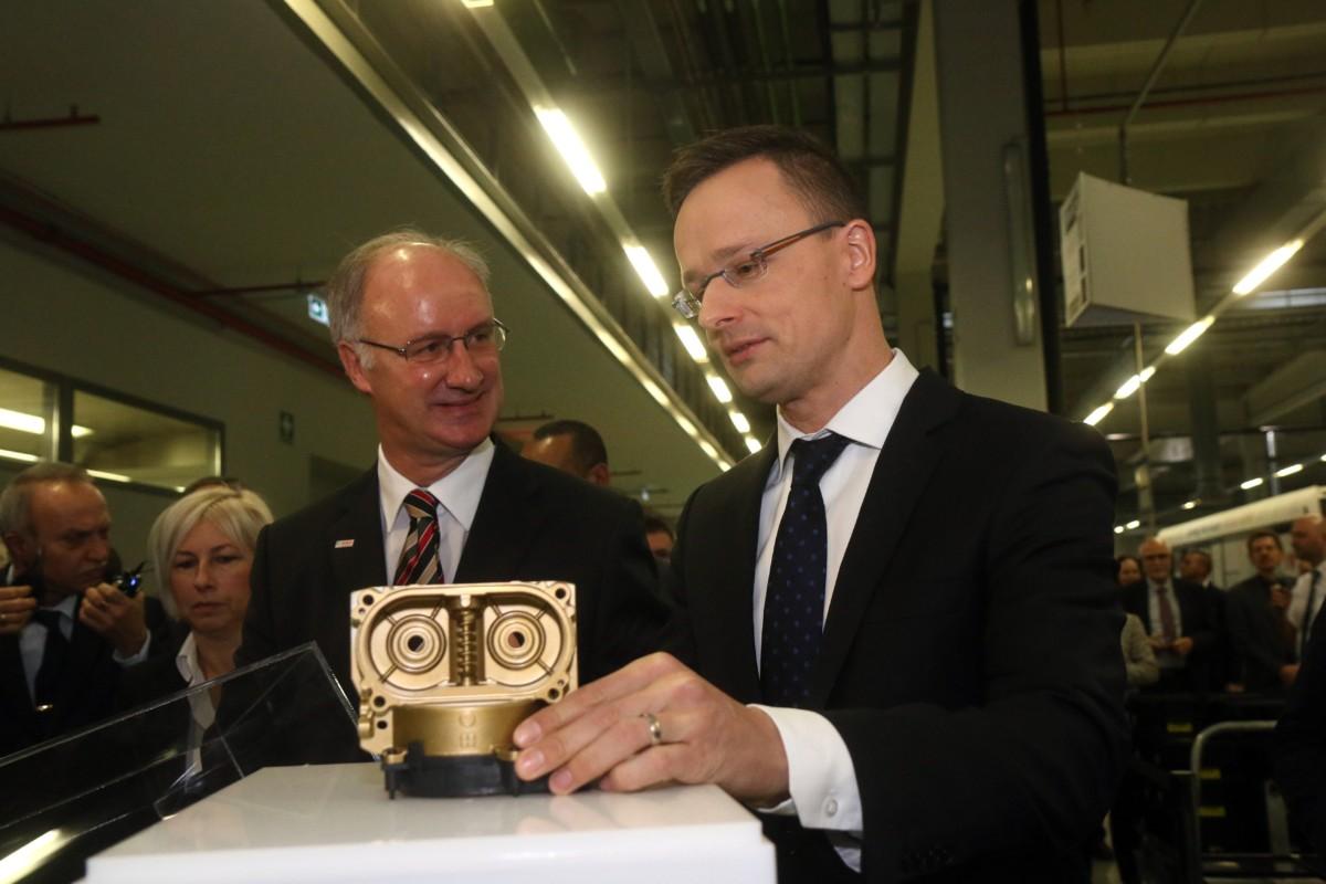 Szijjártó Péter külgazdasági és külügyminiszter (j), mellette Frank-Stephan Kupfer, a Robert Bosch Energy Body and Systems Kft. ügyvezető igazgatója a 200 milliomodik iBooster fékrásegítő rendszer motorjával a német Bosch konszern miskolci autóipari gyárában, a Robert Bosch Energy and Body Systems Kft.-ben 2019. január 11-én.