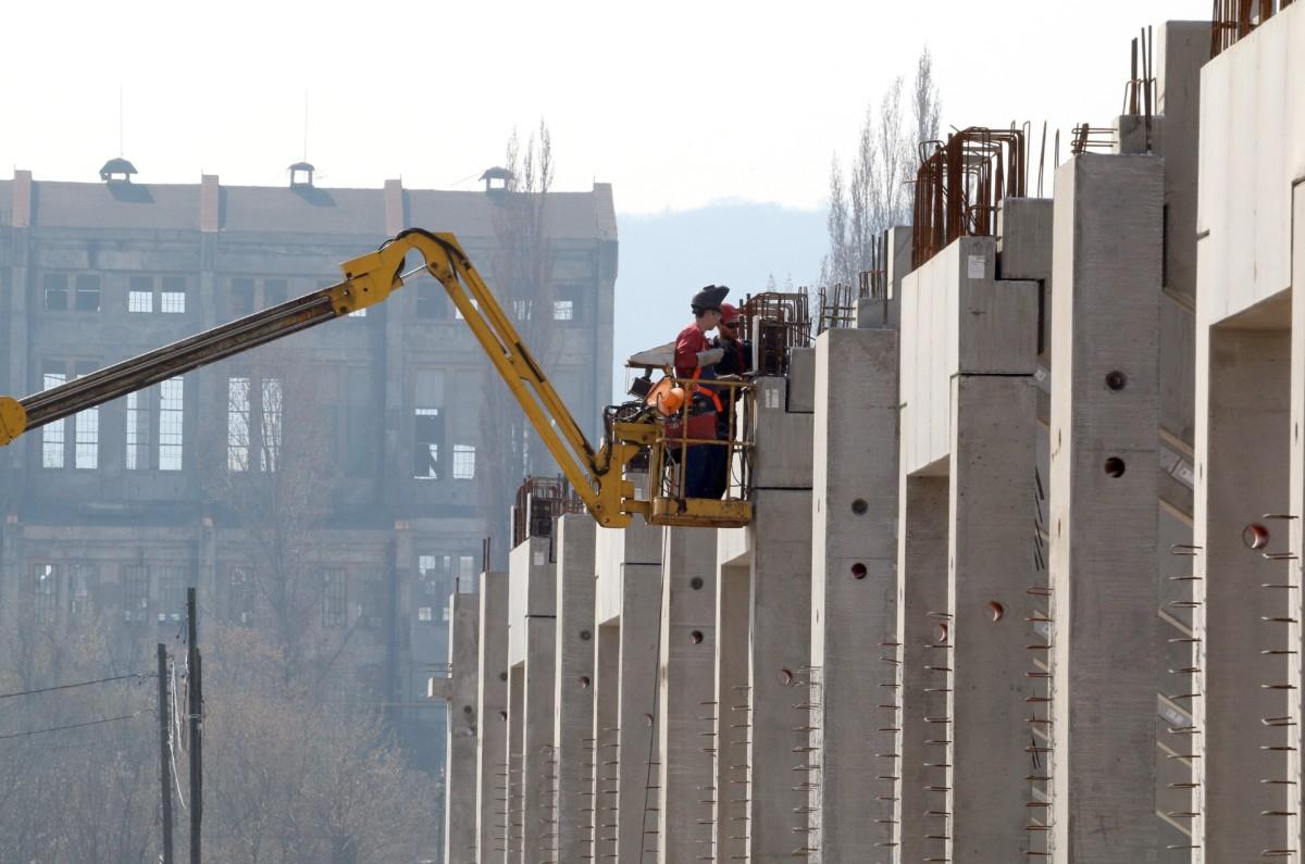 Munkások dolgoznak az új diósgyőri labdarúgó-stadion építkezésén 2017. március 24-én.