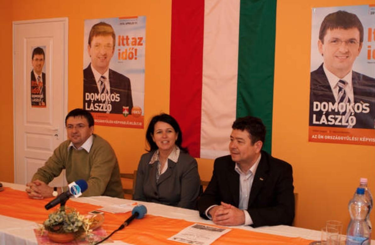 Domokos László (b), mint a független Állami Számvevőszék elnöke itt még a Fidesz-KDNP képviselőjelöltjeként.