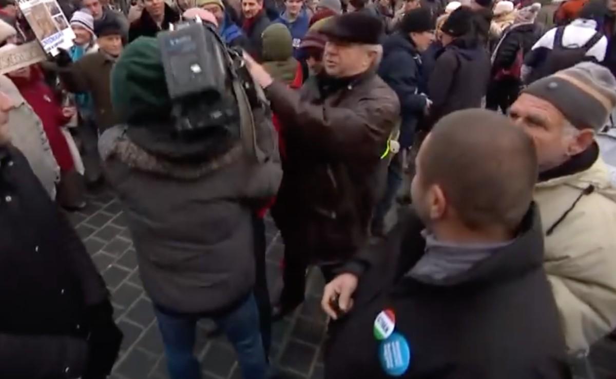Dulakodás tört ki a tüntetők és az Echo TV stábja között